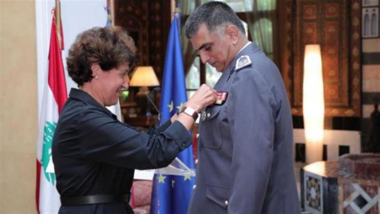 فرنسا تكرِّم اللّواء عثمان وتقلّده وِساماً