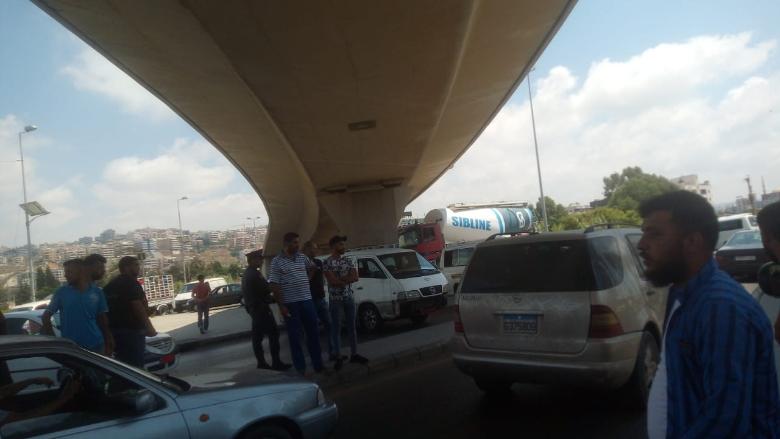 سائقو الفانات قطعوا الطريق تحت جسر الأولي في صيدا