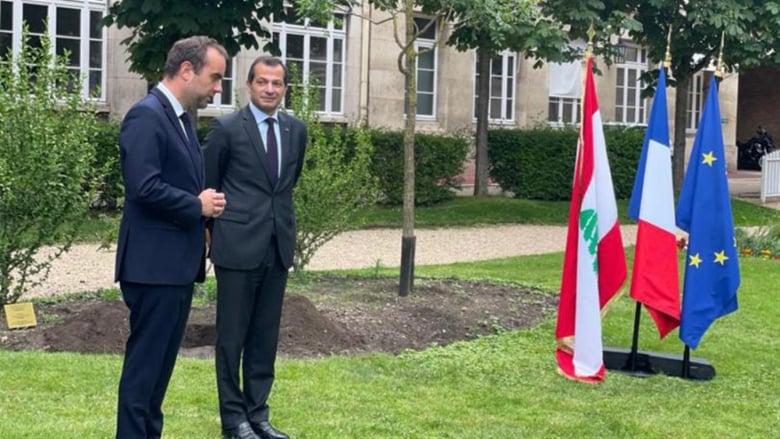 سفير لبنان في فرنسا يقلّد وزيراً فرنسياً وسام الأرز الوطني