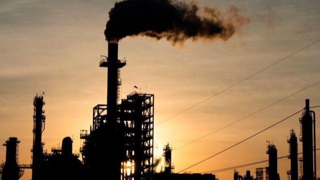أسعار النفط تتراجع عالمياً.. ما السبب؟