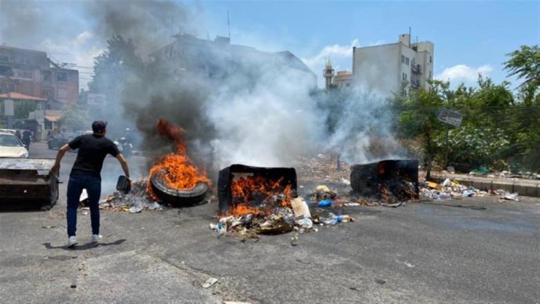 قطع الطريق عند مفترق الجامعة اللبنانية في صيدا احتجاجاً على إنقطاع الكهرباء