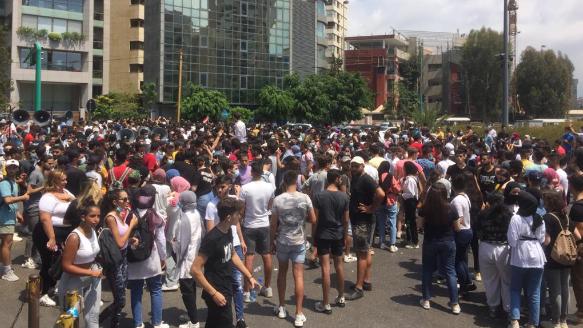 طلاب الشهادة الثانوية يعتصمون أمام وزارة التربية