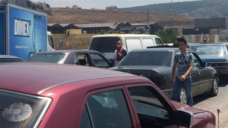 أصحاب السيارات العمومية قطعوا طريق طرابلس - بيروت