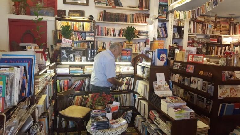 """أسعار الكتب تحلّق.. """"حرمونا حتى القراءة"""""""