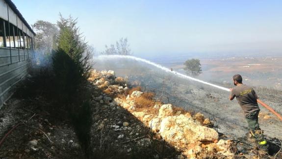 إخماد حريق إمتد من بينو الى تخوم كلية عصام فارس للتكنولوجيا